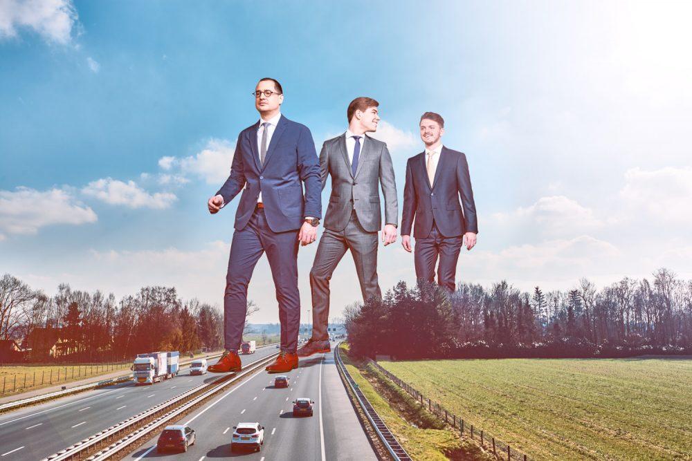 Beste bedrijfsfotografie voor ondernemers. Mannen in pak groter dan de wereld gefotografeerd door bedrijfsfotograaf Mark Koolen.