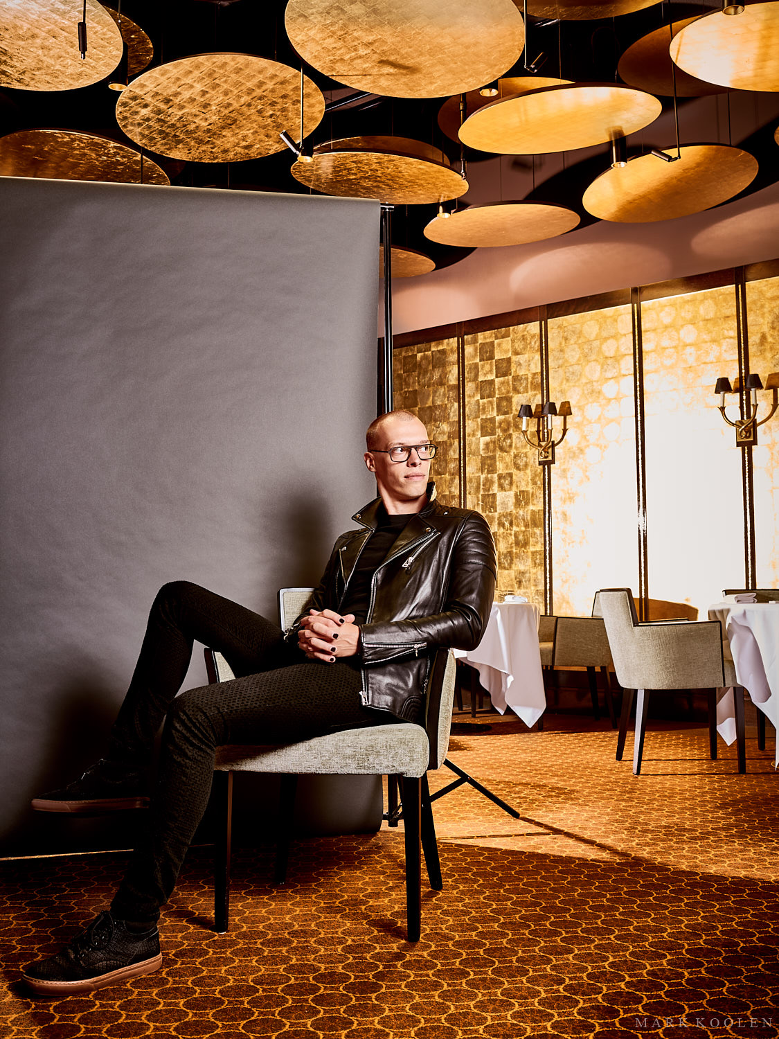 The golden boy high end boutique photographer Mark Koolen photography. Gold location in an exclusive setting with an golden ceiling and carpet floor. Location is michelin restaurant Bord'Eau Amsterdam.