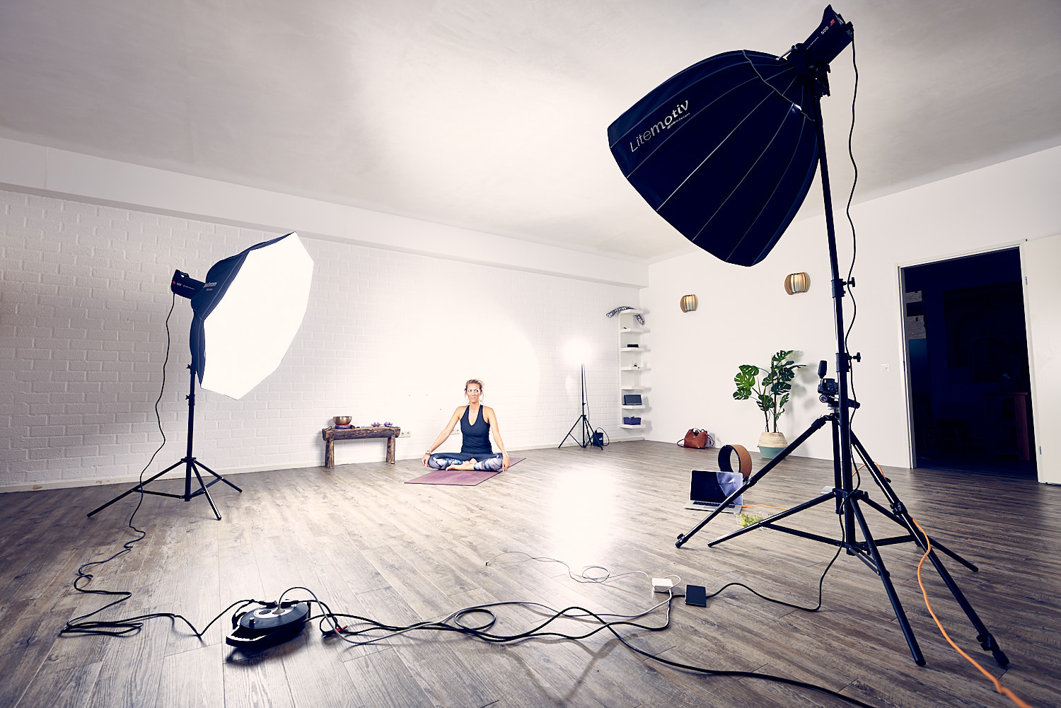 Behind the scenes of a professional photoshoot in the yogastudio with female yogi Mandy Beun
