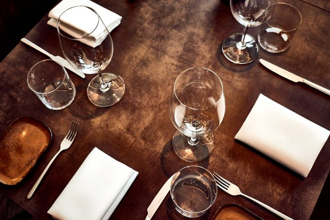 Mark Koolen gastronomy photography at Jan Marrees in Weert, table with glasses on leather